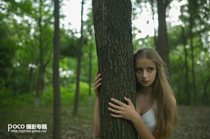 Photoshop调出秋季橙黄色树林中的美女照片