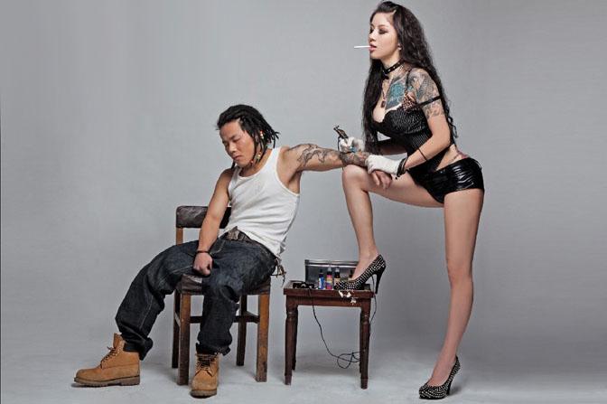 Photoshop合成破旧房间里纹身的人物图片