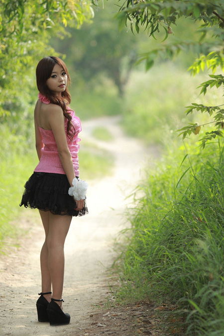 PS调色打造梦幻粉红色效果的外景美女图片