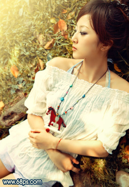 PS调出阳光暖色调的躺在草地上的美女照片