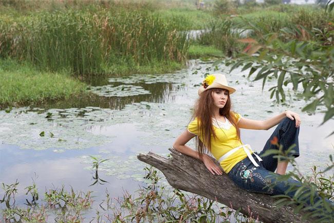 PS调色制作淡黄色的沼泽湖边上女孩写真照片