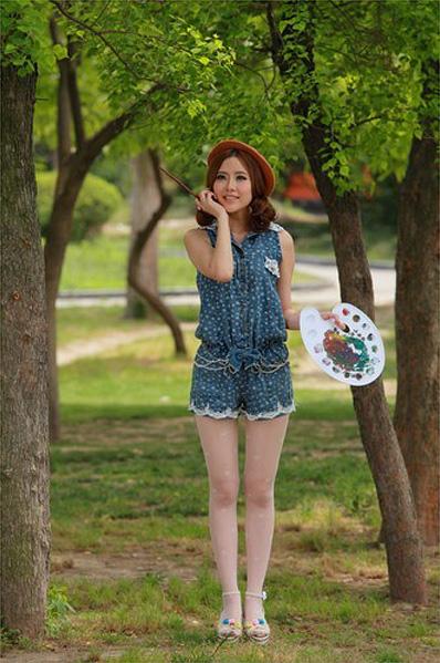 PS给森林中漂亮美女画师照片调色处理教程